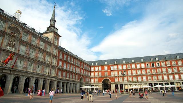 ve may bay di madrid gia re - Quảng trường trung tâm Plaza Mayor ở Madrid