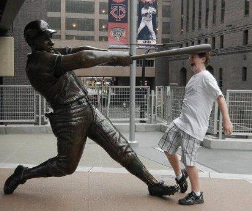 прикол с памятником бейсболисту