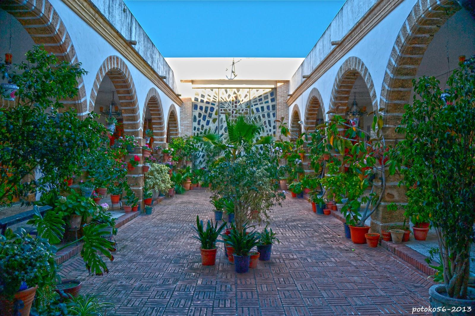 Vista del patio de la parroquia del Carmen Rota