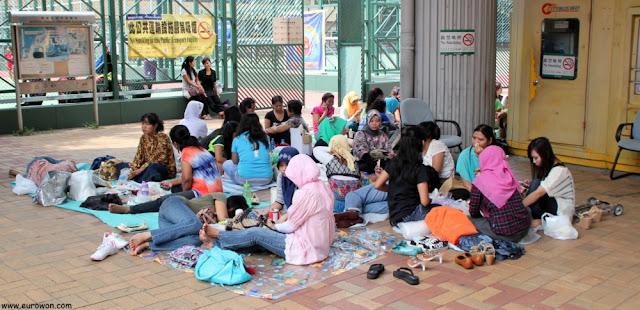 Trabajadoras asiáticas en su día libre en Hong Kong