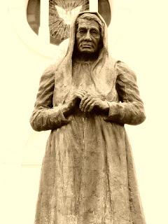 Imagem de Ana Rech, em frente à Igreja Nossa Senhora do Caravaggio, em Caxias do Sul.