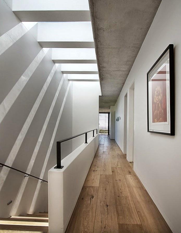 Casa hillside fachada de piedra y madera gass for Iluminacion escaleras interiores