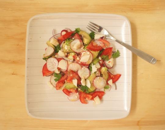 salada de avocado com tomates e rabanete