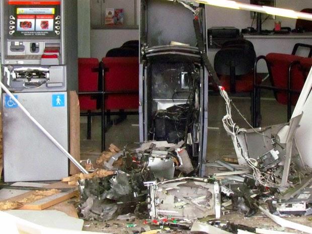 Caixa eletrônico do Bradesco é explodido em Cristópolis, Bahia (Foto: José Barros/Site Oeste10.com)