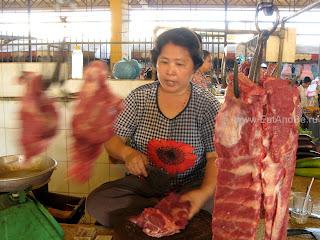 Разделка мяса в Phsar Thmei - центральный рынок в Пномпене, Камбоджа Есть и быть www.EatAndBe.ru