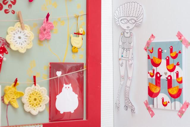 La déco de mon coin bureau : crochet, paper doll et illustrations d'artistes que j'aime - CocoFlower workplace - crédits photos : Josephine Docena - www.parisianlocal.com