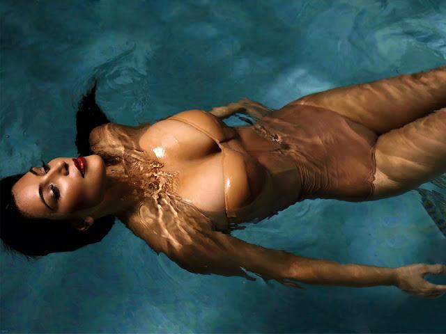 Hot Kim Kardashian in water wallpaper 1600X1200