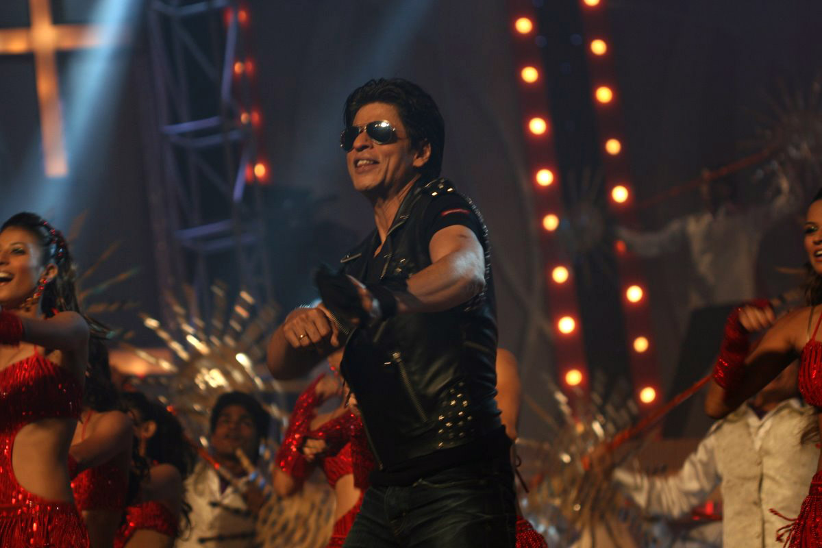 http://1.bp.blogspot.com/-Q-ETmNXQDGQ/TnXIkiTATzI/AAAAAAAAD2s/HnDuSbesY08/s1600/shahrukh-khan-dancing-in-ra-one-2011-1315645964.jpg