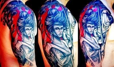fotos de tatuagem de samurai com espada no braço