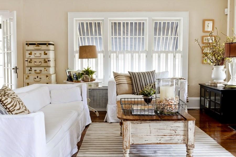styl klasyczny, białe wnętrza, shabby chic, bielone meble, stary stolik, stare walizki, biała kanapa