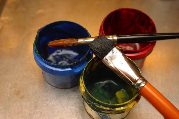 Utiliza pinturas de colores para hacer el domino