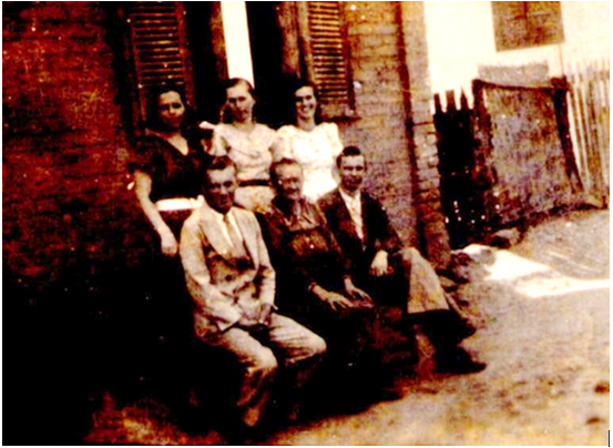 Gertrudes Limp Lawall e seus filhos, Frida, Paula e Natalina, e, embaixo, com ela ao centro, Robert