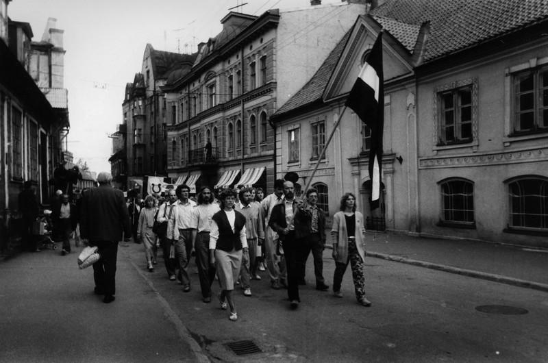 Vides Aizsardzības kluba organizētās akcijas Gauja dalībnieku gājiens pa Rīgas ielu ar sarkanbaltsa