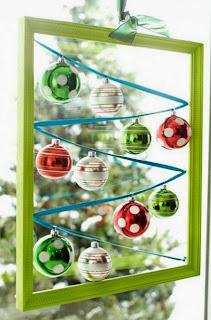 http://manualidadesnavidad.org/cuadro-navideno-con-ornamentos/