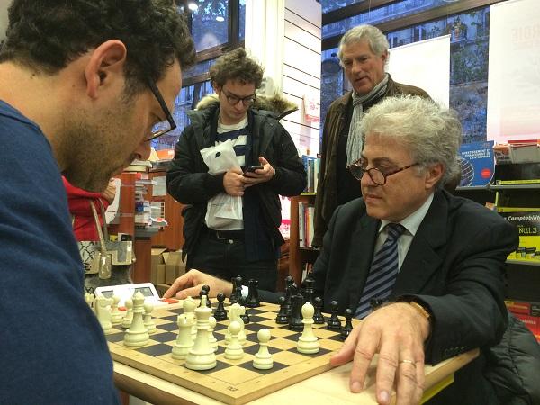 Bachar Kouatly ici avec les Noirs va battre tous les amateurs d'échecs à la Librairie Eyrolles à Paris © Chess & Strategy