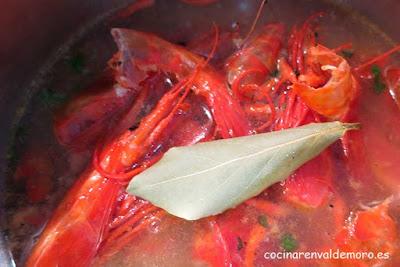 Cociendo las cabezas y las cáscaras con el laurel