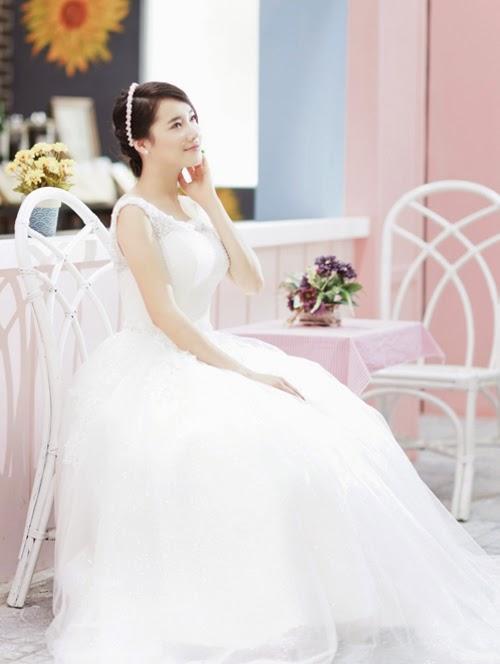 Nhã Phương quyến rủ với váy trắng