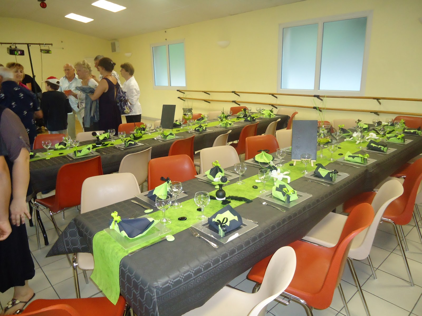 Cl marie d co d coration d 39 anniversaire noir et vert anis - Comment decorer une table d anniversaire ...