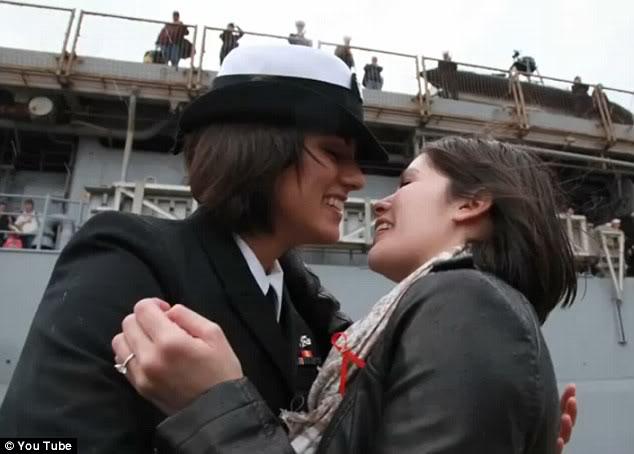 Lesbi Anggota Militer Ciuman