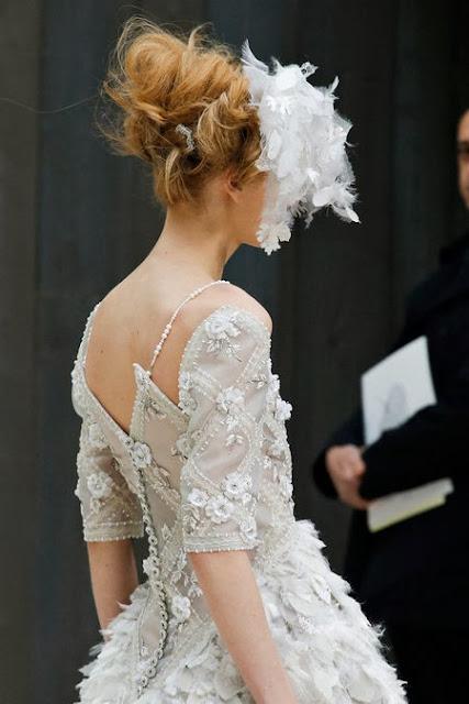 robe de mariée extraordinaire brodé de pierres précieuses de soie et de fil d'argent. création de karl lagerfeld pour chanel ahuet couture. Manche courte taille cintré, bouton de satin dans le dos, fleurs de soie brodées sur la robe de mariée