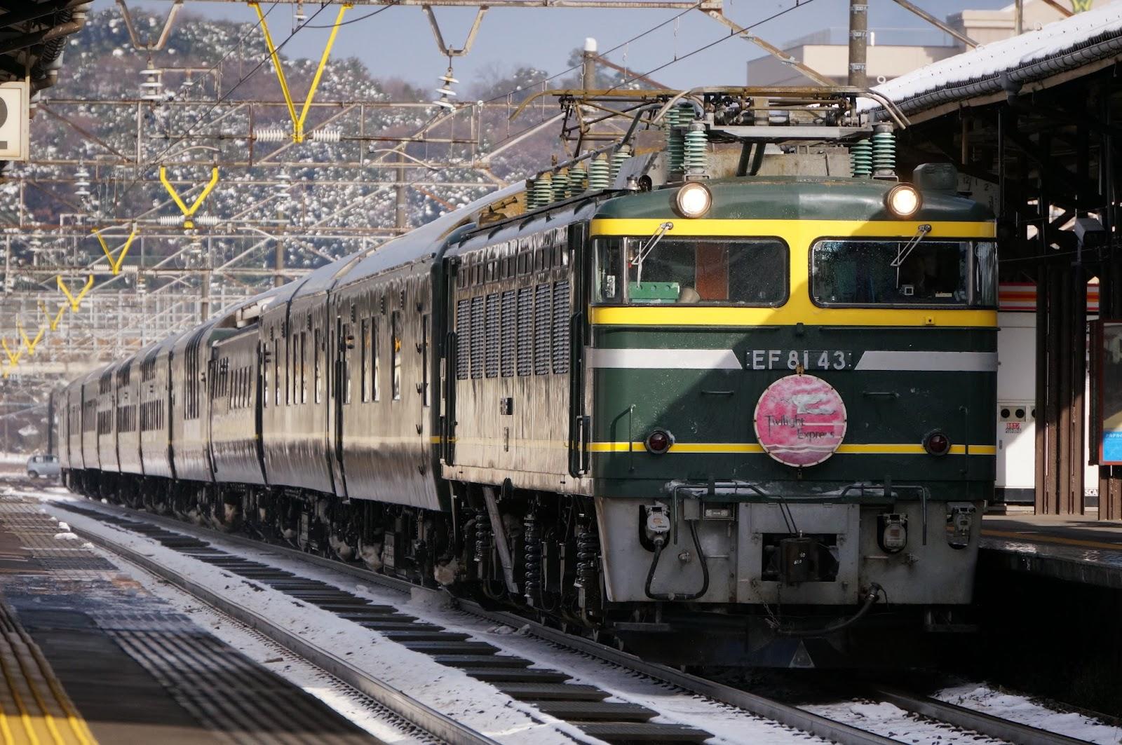 芦原温泉駅を通過する寝台特急トワイライトエクスプレス