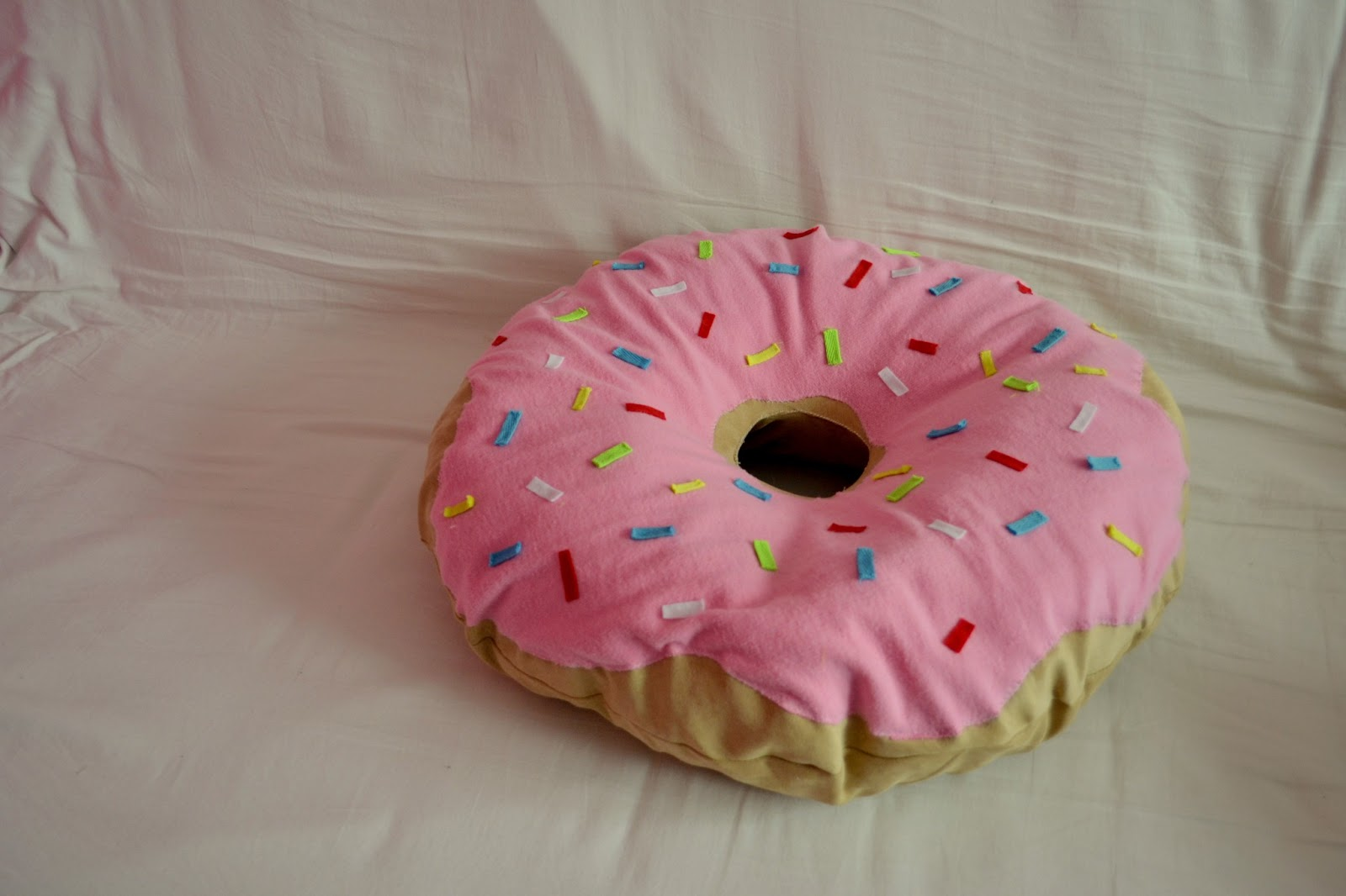 Diy with elli do it yourself tutorials inspiration 3 3 roomspiration diy doughnut pillowplushie solutioingenieria Images