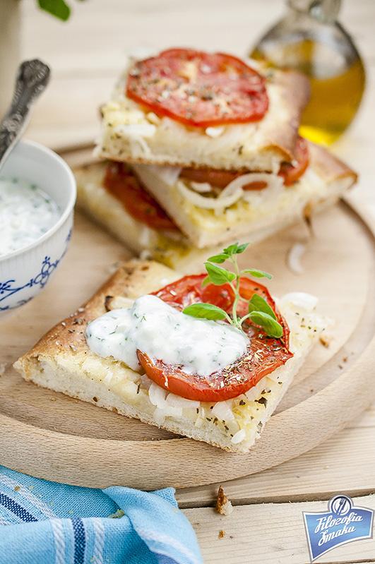 Grecki chleb z pomidorami i cebulą