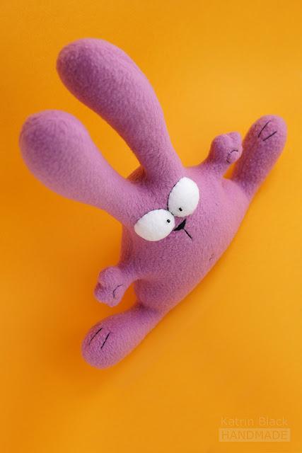 Прикольный заяц - игрушка из флиса ручной работы. Сшить.