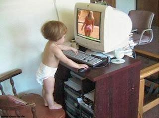 smešna slika: beba gleda čudne slike na računaru