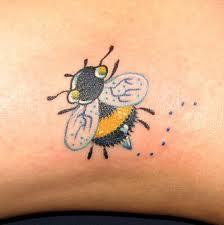 vücutta siyah ve sarı renkli çok şeker bal arısı dövmesi modeli ve anlamı