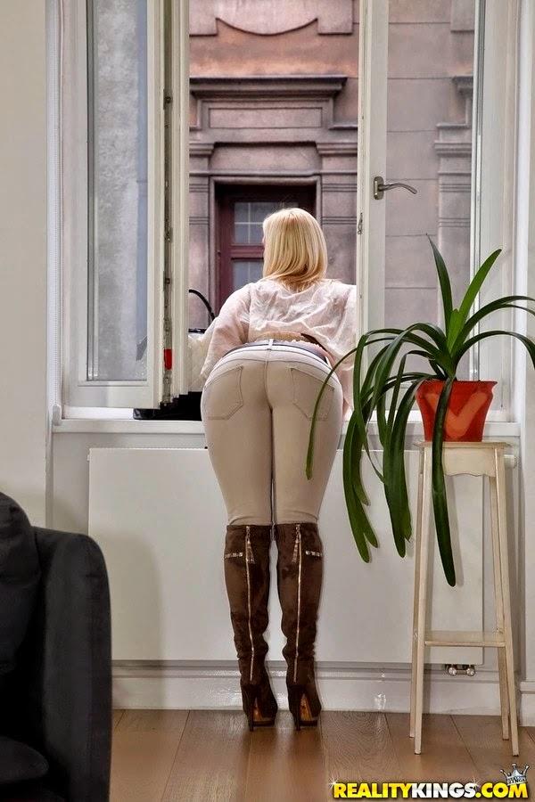 ero-foto-blondinok-v-oblegayushey-odezhde