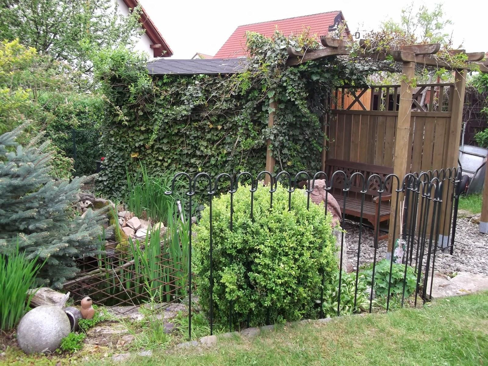 teich und steckz une von vor dem aufbau habe ich den zaun gr n gestrichen das. Black Bedroom Furniture Sets. Home Design Ideas