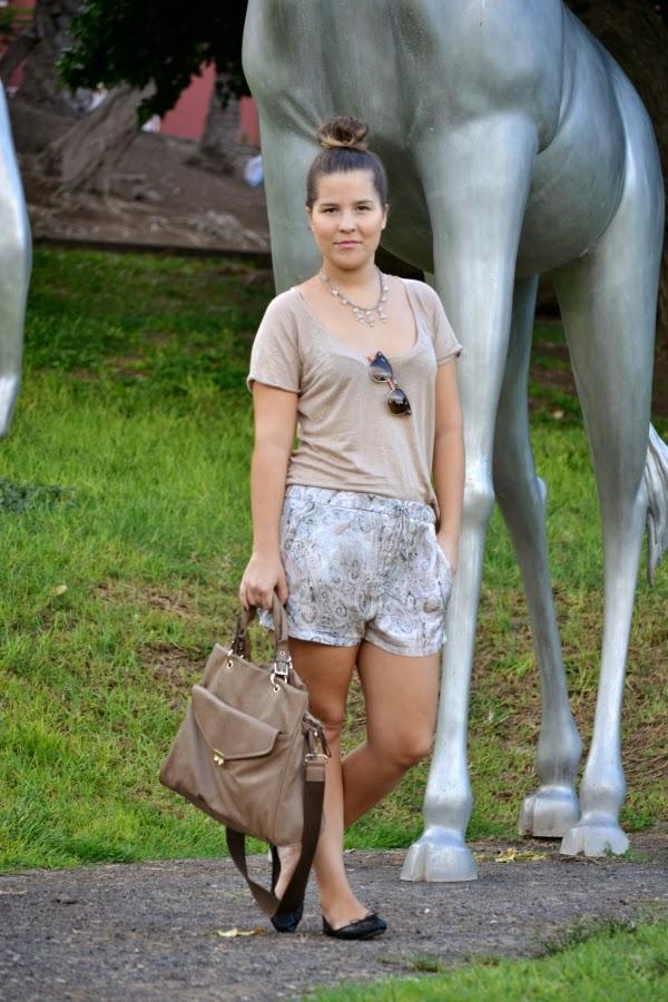 look_outfit_tonos_tierra_short_estampado_pañuelo_bailarinas_piel_Zara_nudelolablog_01