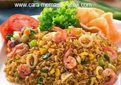 resep praktis (mudah) membuat dan memasak masakan Indonesia nasi goreng seafood spesial enak, lezat