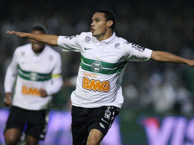 Coritiba acerta na bola aérea, elimina São Paulo e volta à final