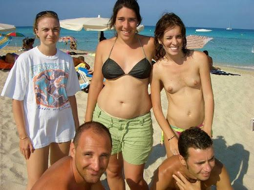menina com os peitos de fora junto dos irmãos e irmãs