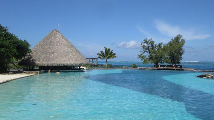 Piscine à débordement du Manava Suite Resort à Tahiti