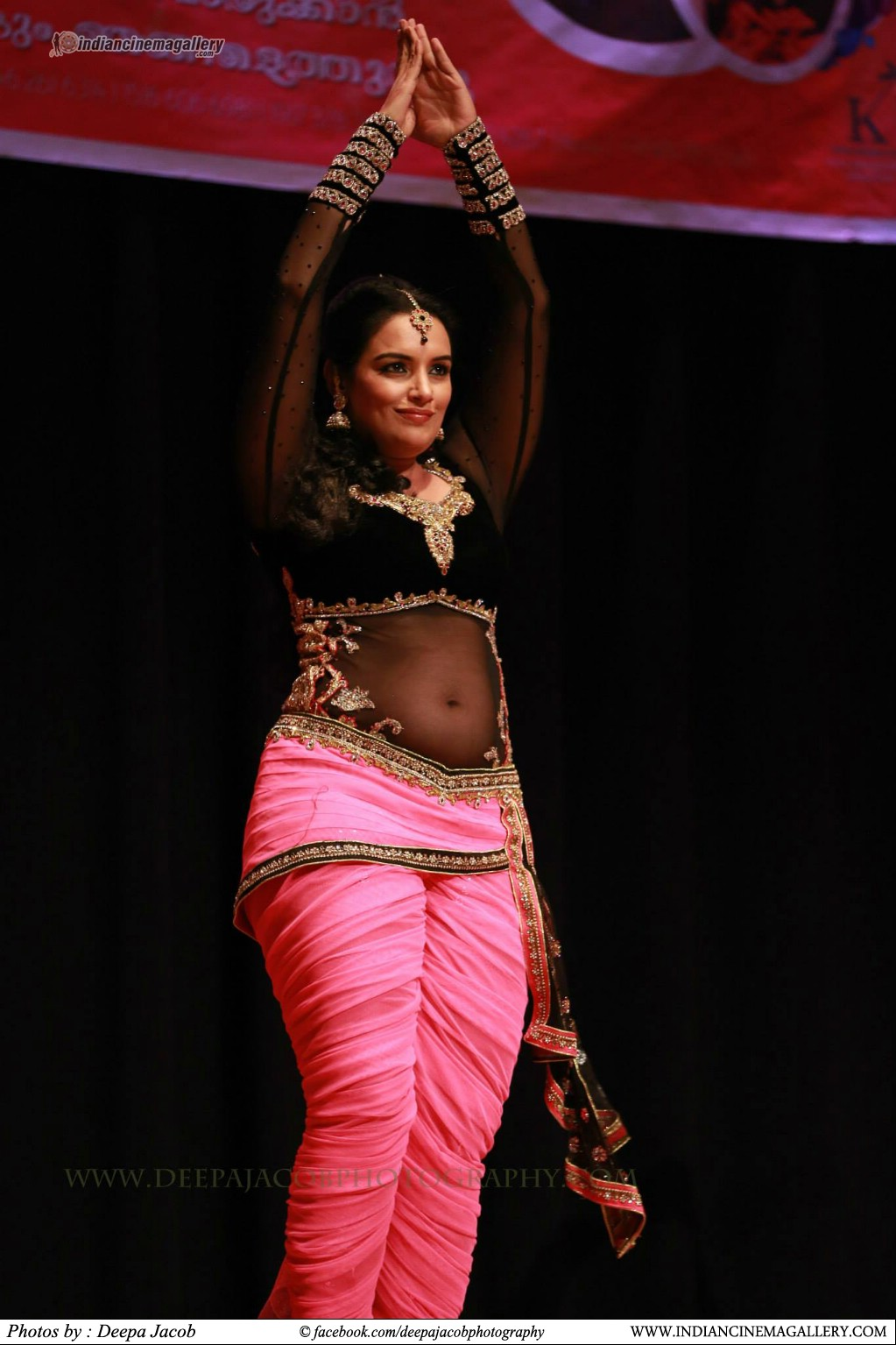 Swetha Menon latest hot navel show photos from Ullasa Thiramala mega Show