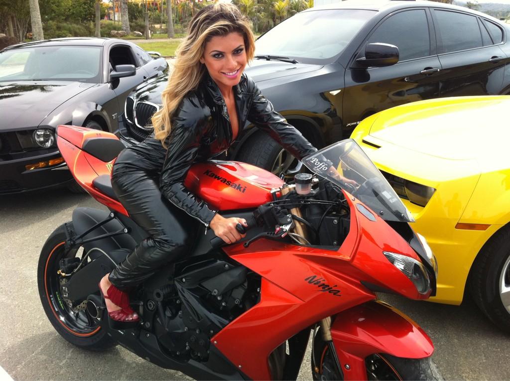 Panicat Babi Rossi em moto , famosa na moto ,Babi Rossi on bike, babes on bike, famous on bike