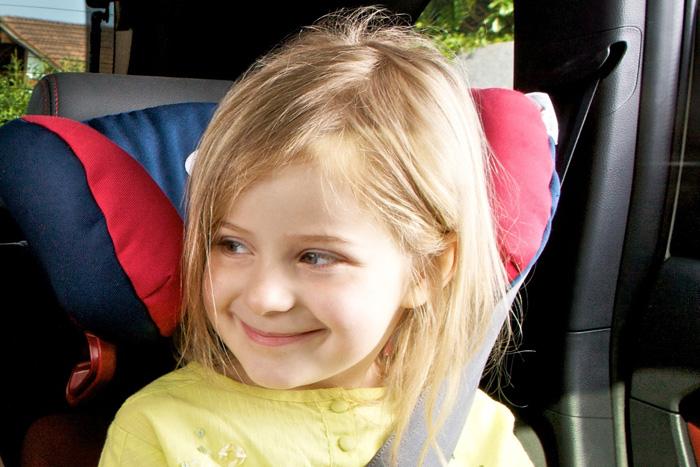 Colocación de los niños en las sillas de seguridad