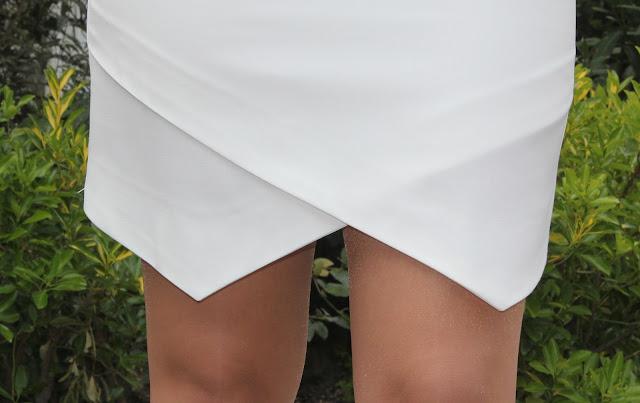 de la falda a la marca con unas líneas en diagonal. De esta manera