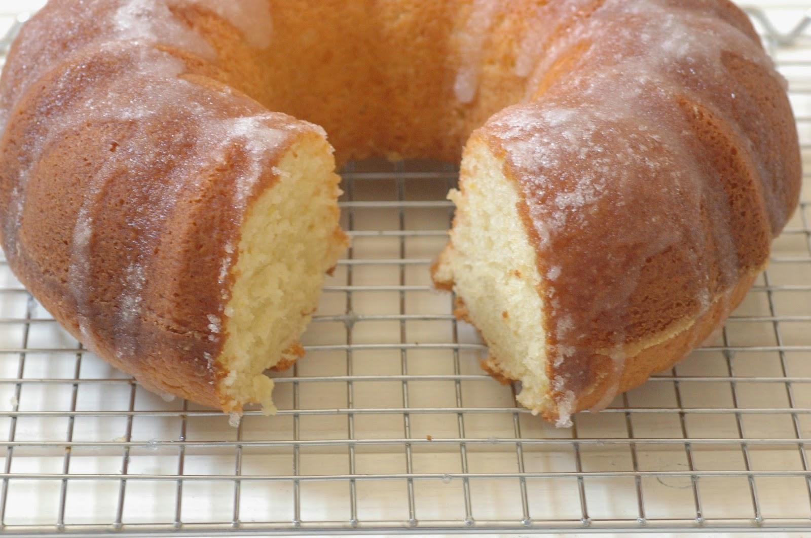 עוגת לימון ויוגורט בזיגוג מתפצפץ בפה