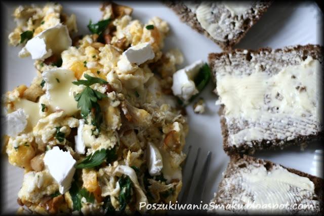 jajecznica z kurkami camembertem i ze szpinakiem