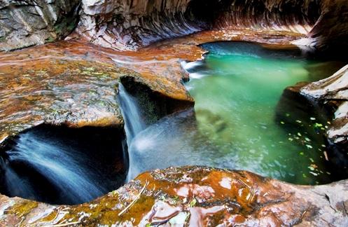 """Trilha para caminhada subterrânea no """"Zion National Park"""" em Utah, Estados Unidos"""