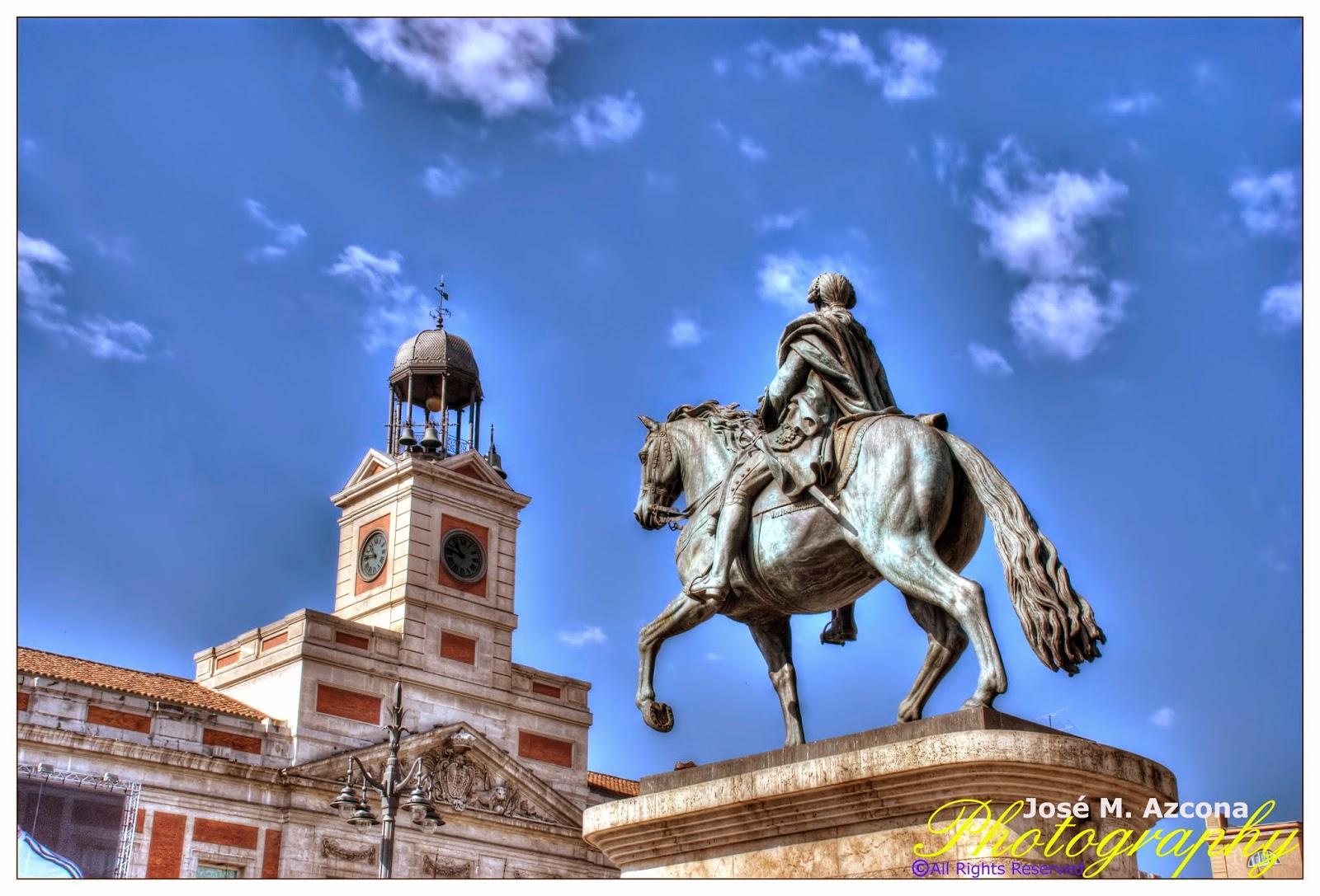 Estatua de Carlos III y Reloj de Gobernación.