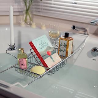 vassoio su vasca da bagno immagine