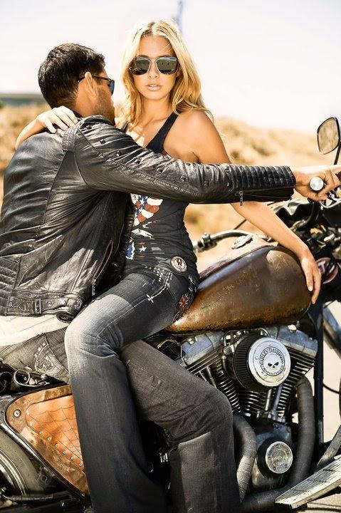 Блондинка и двое парней мотоцикл