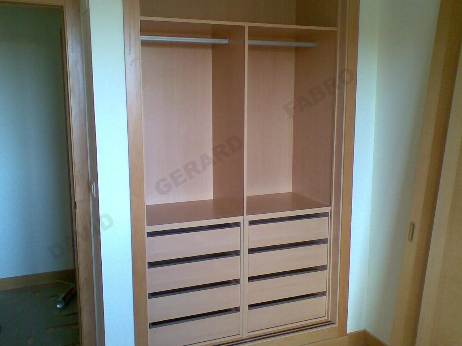 Interior de armario con barras de colgar y dos cajoneras