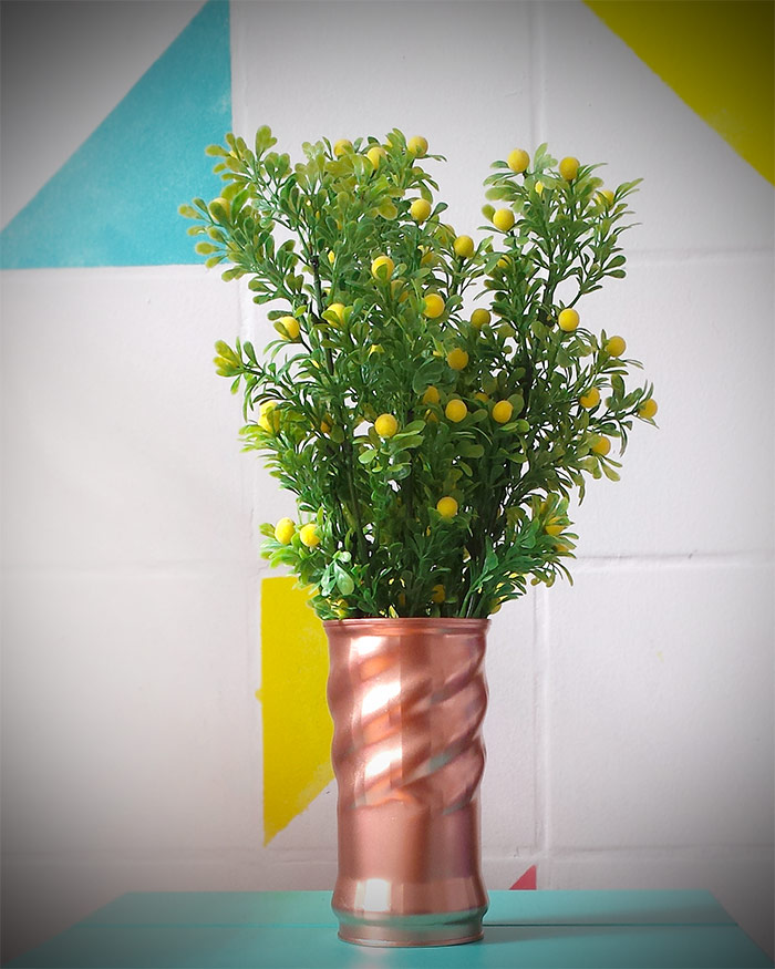 lata de achocolatado transformada em vaso de flores com tinta spray cobre