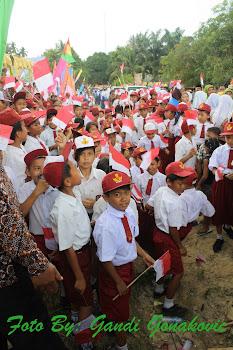 Murid Sekolah dan merah putih